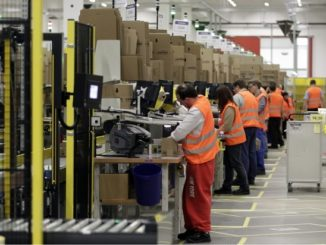 """trabajadores amazon 326x245 - Amazon controla cada movimiento de sus trabajadores de almacenes porque Jeff Bezos piensa que la gente es """"inherentemente vaga"""""""